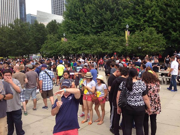 5000-pokemon-go-player-are-catching-pokemon-together-in-chicago_07