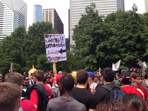 5000-pokemon-go-player-are-catching-pokemon-together-in-chicago_09