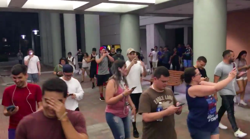 half-hundred-people-play-pokemon-go-outside-street-for-a-squirtle_02