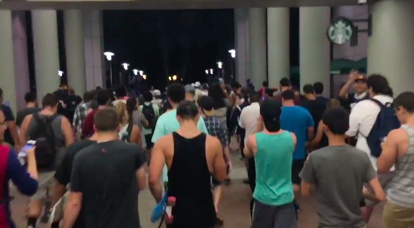 half-hundred-people-play-pokemon-go-outside-street-for-a-squirtle_03