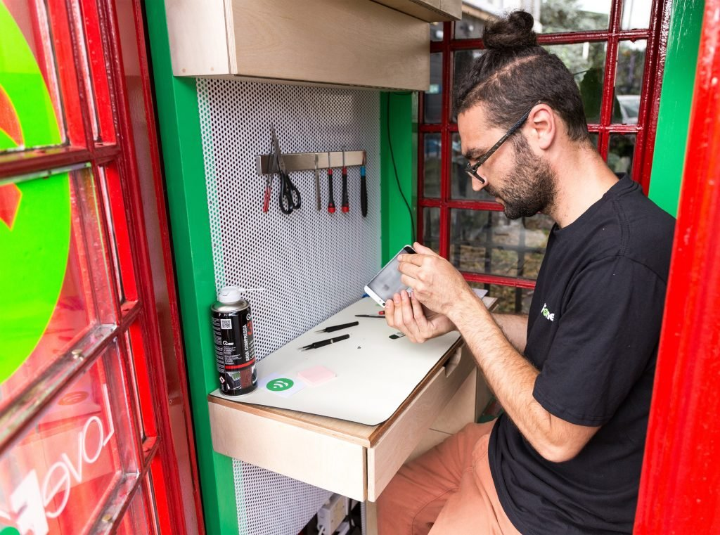 lovefone-box-london-mobile-phone-uk_dezeen_3408_3