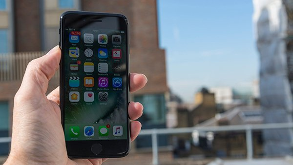 two-singaporean-bought-iphone-7-in-restricted-area-illegally_00