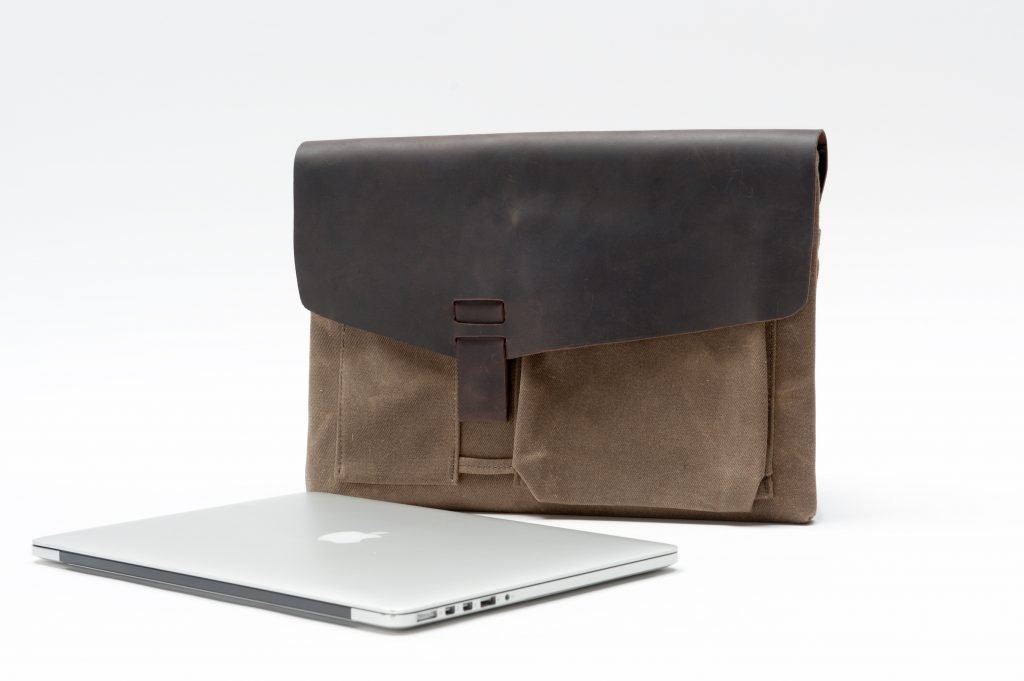 outbacksolo-with-macbook